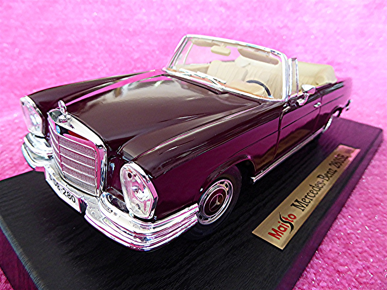 1:18 Mercedes 280 SE Cabrio bordeaux 1966