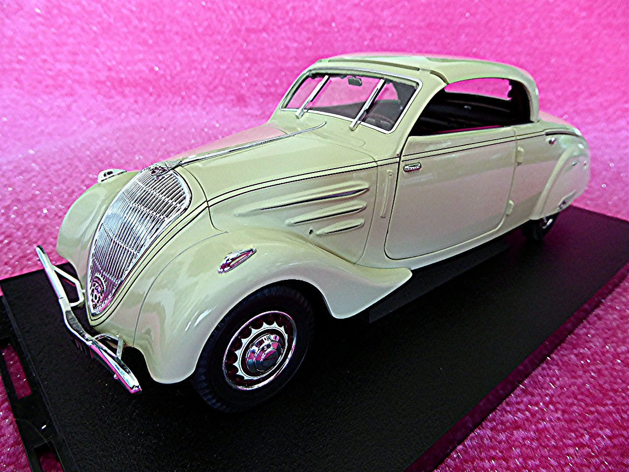 1:18 Peugeot Eclipse 402 Coupe beige 1937