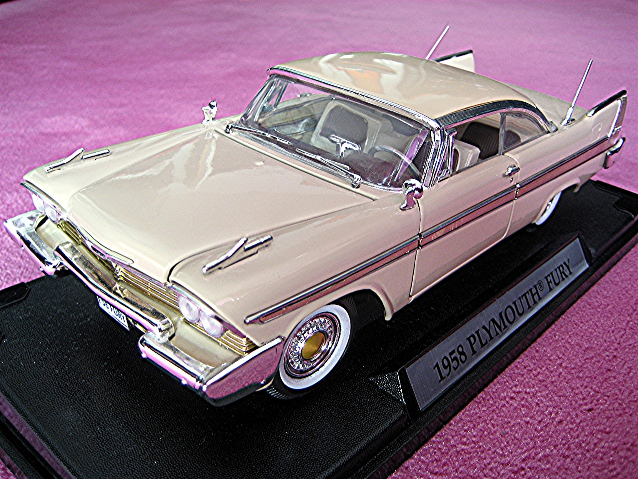 1:18 Plymouth Fury creme 1958