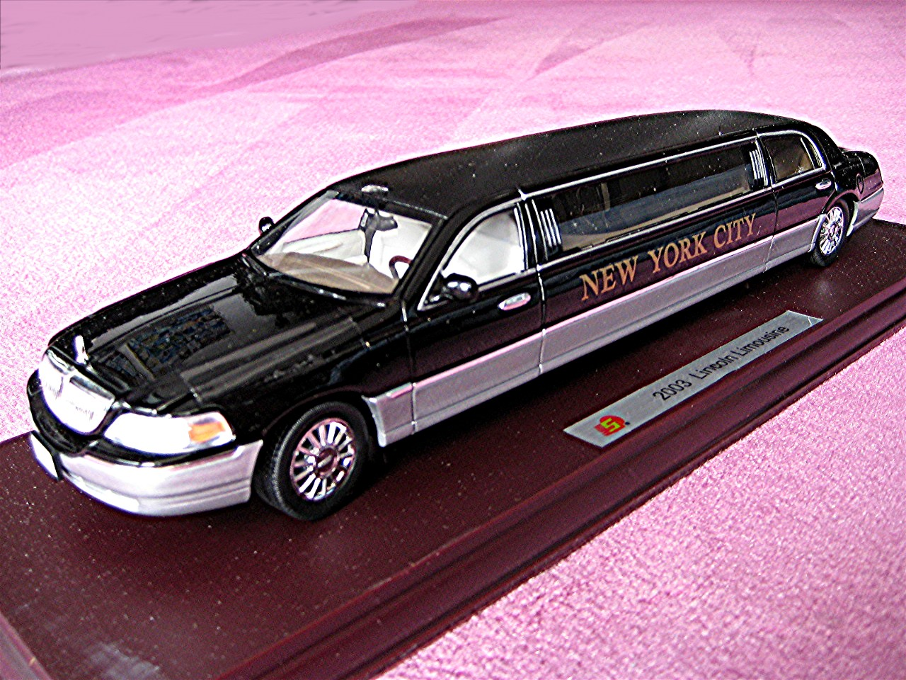 1:24 Lincoln Town Car NYC Stretchlimousine schwarz 2003