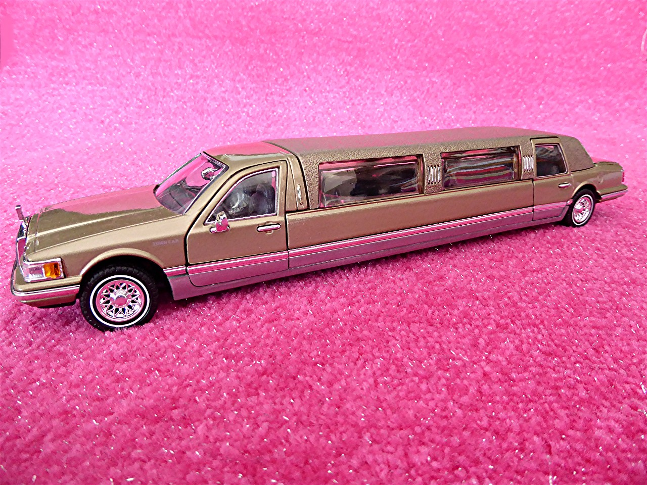 1:24 Lincoln Town Car Stretchlimousine gold 1996
