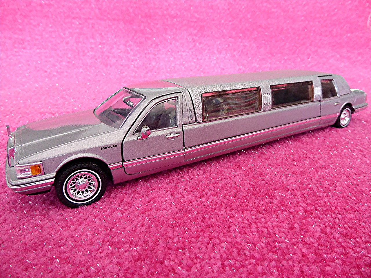 1:24 Lincoln Town Car Stretchlimousine silber 1996