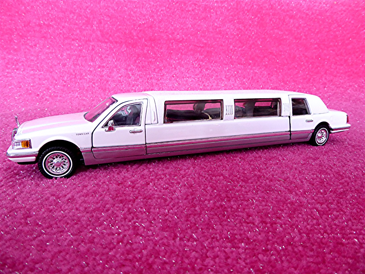 1:24 Lincoln Town Car Stretchlimousine weiss 1996